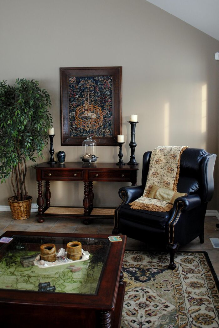 Traditional Living Room photo by AMR Design